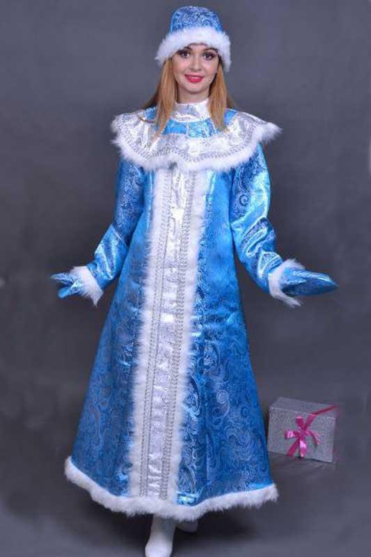 Снегурочка во весь рост в голубой шубе.